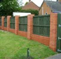 Как сделать комбинированный забор из кирпича и дерева