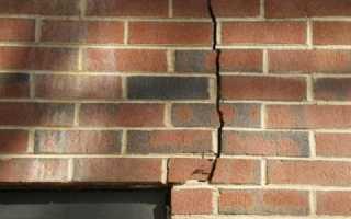 Трещина в кирпичной стене дома